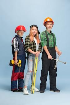 私は自分の夢を築きます。エンジニアの職業を夢見ている子供たち。子供の頃、計画、教育、夢のコンセプト。製造業、建築業、インフラストラクチャーで成功する従業員になりたい。
