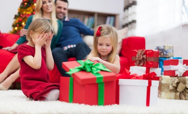 クリスマスプレゼントを開けるのが待ちきれません