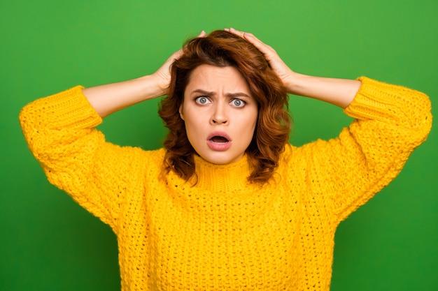 나는 할 수 없다! 좌절 된 충격 된 긴장된 여자는 믿을 수없는 뉴스를 듣고 그녀의 작업 실수 의아해 터치 손 머리 비명 착용 좋은 모습 니트 스웨터 절연 녹색 벽