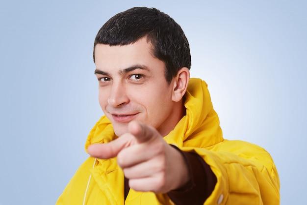Я выбираю или выбираю вас! красивый молодой стильный мужчина с темными короткими волосами