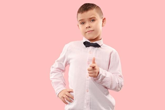 Выбираю тебя и заказываю. мальчик-подросток указывает вам, хочу вас, половинный портрет крупным планом на розовом студийном фоне. человеческие эмоции, концепция выражения лица. модные цвета