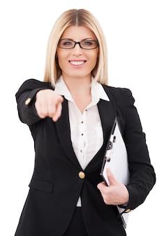 Я выбираю вас! веселая зрелая бизнесвумен, указывая на вас и улыбаясь, стоя изолирована на белом