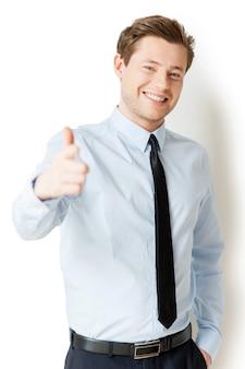 Я выбираю вас! красивый молодой человек в рубашке и галстуке, указывая на вас и улыбаясь, стоя изолированно на белом