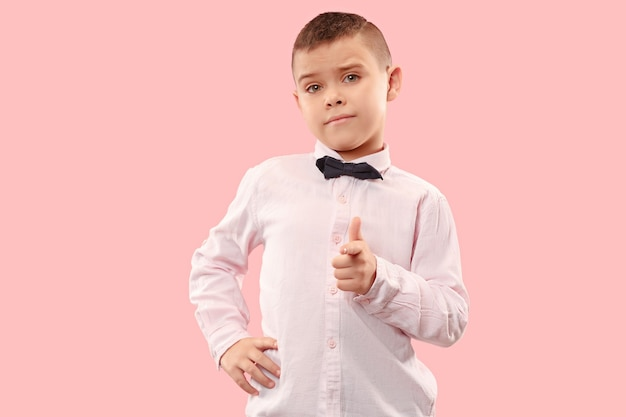 Scelgo te e ordino. il ragazzo adolescente ti indica, ti voglio, ritratto del primo piano a mezza lunghezza su sfondo rosa studio. le emozioni umane, il concetto di espressione facciale. colori alla moda