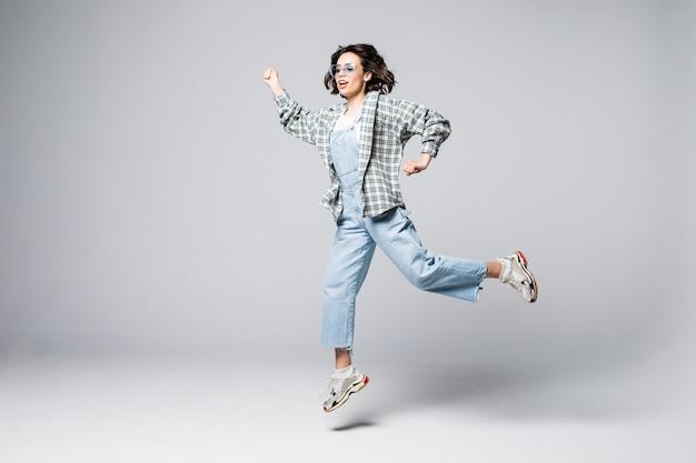 내가 해냈어. 꿈은 이루어진다. 자유, 행복 및 문제없는 삶의 개념. 행복 한 미친 여자의 수직 전체 길이 초상화는 점프, 절연