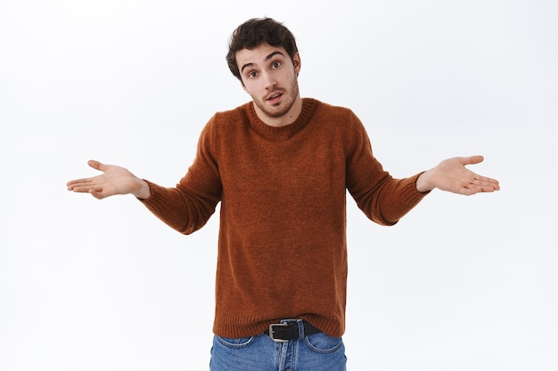 Non lo so. bell'uomo confuso e inconsapevole che alza le spalle come non posso dire, scuotendo la testa in nessun modo, indeciso