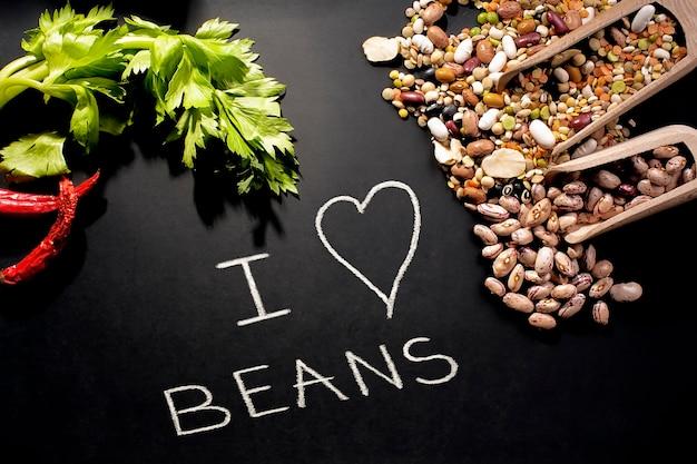 私は豆が大好きです。マメ科植物と黒板上のメッセージ