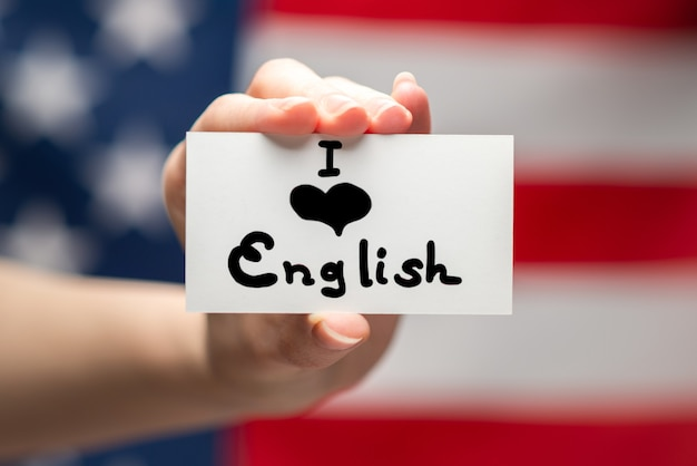 Я люблю английский текст на открытке. фон американского флага.