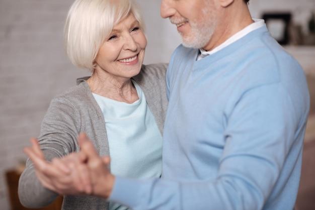 私は、彼を愛しています。彼女の夫と踊りながら笑っている幸せな老婆の肖像画を閉じます。