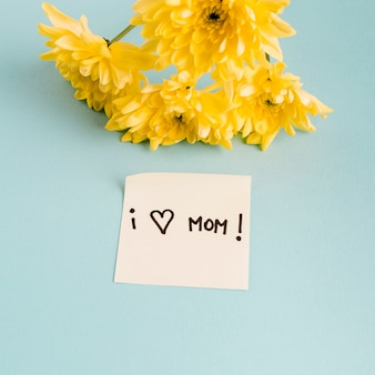 I love mom title on paper with bunch of flowers