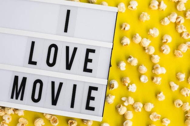 Я люблю текст фильма на световом коробе с попкорном