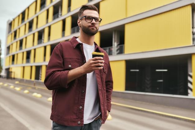 私はカジュアルウェアと使い捨てを保持している眼鏡で私の街のハンサムなひげを生やした男が大好きです