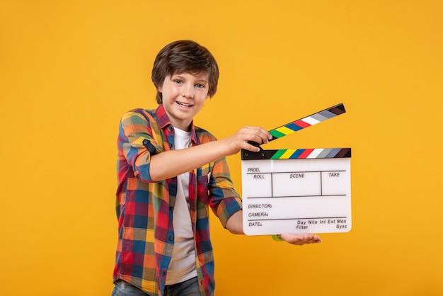 撮影が大好きです。笑顔でテーブルを持っているコンテンツ黒髪の少年