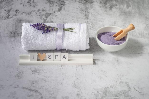 Крученое банное полотенце с солью для ванны и деревянными буквами с надписью i love spa.
