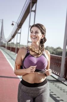 私はスポーツが大好きです。朝のジョギング中に機嫌がいい気持ちいい女性