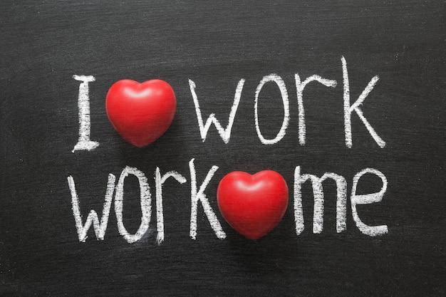 私は仕事が大好きです、仕事は私を愛しています黒板に手書きのフレーズ