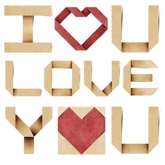 Я люблю тебя алфавит и красное сердце из переработанной бумаги.