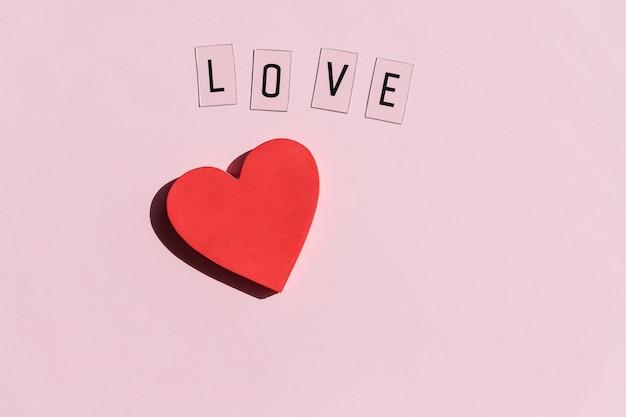 Я люблю текст, написанный и красное сердце. с днем святого валентина.