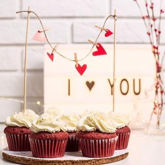 나는 빨간 컵케익 옆에 장식용 램프로 쓰여진 것을 좋아합니다.