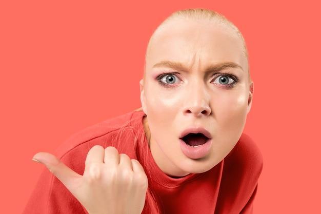 두렵습니다. 공포. 무서워 여자의 초상화입니다. 유행 산호 공간에 고립 된 서 비즈니스 우먼