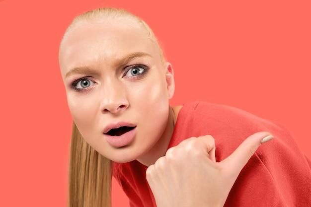 Ho paura. paura. ritratto della donna spaventata. donna d'affari in piedi isolato sullo spazio corallo alla moda
