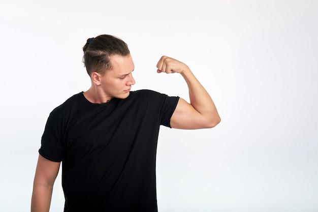 私は強い。上腕二頭筋を突き出している男