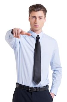 Я сделал свой выбор. уверенный молодой человек в рубашке и ярусе, указывая на вас, глядя в камеру и стоя изолированным на белом