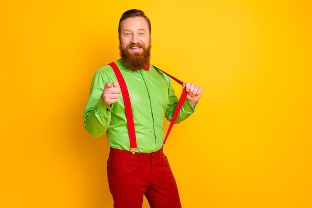 Я выбираю тебя! фото привлекательного парня в стиле фанк хипстер смотреть прямо палец прямо пригласить симпатичную девушку танцевать носить зеленую рубашку красный галстук-бабочку подтяжки брюки изолированные яркий цвет