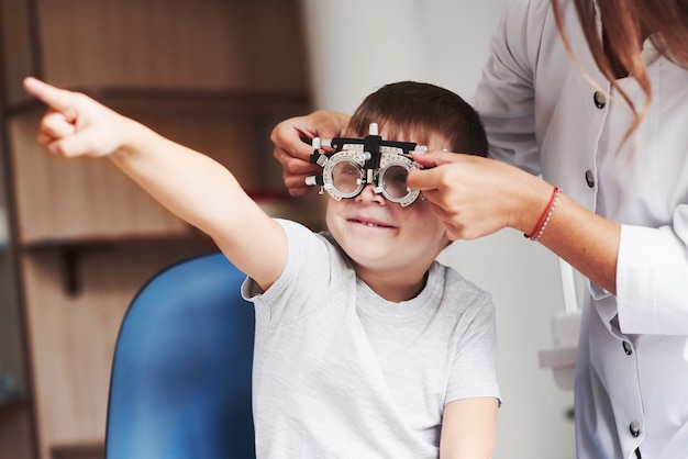 かなり良いと思います。医院に座って視力をテストした子供。