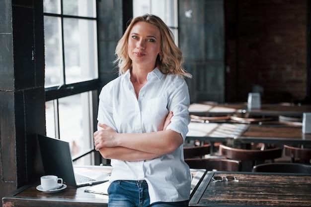 Думаю, сделаю перерыв. деловая женщина с вьющимися светлыми волосами в помещении в кафе в дневное время.