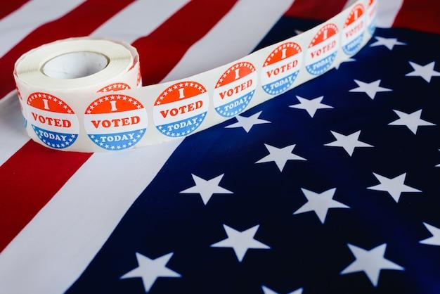 나는 오늘 미국 국기에 대한 미국 선거의 전형적인 스티커를 투표했습니다.