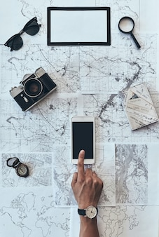 どこにでも行きたいです。スマートフォンを使用して男の上面図を閉じる