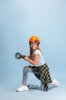 Ho vinto il dubbio. ragazza che sogna la professione di ingegnere. infanzia, pianificazione, educazione, concetto di sogno. vuole essere un impiegato di successo nel settore manifatturiero, edile, delle infrastrutture, delle riparazioni.