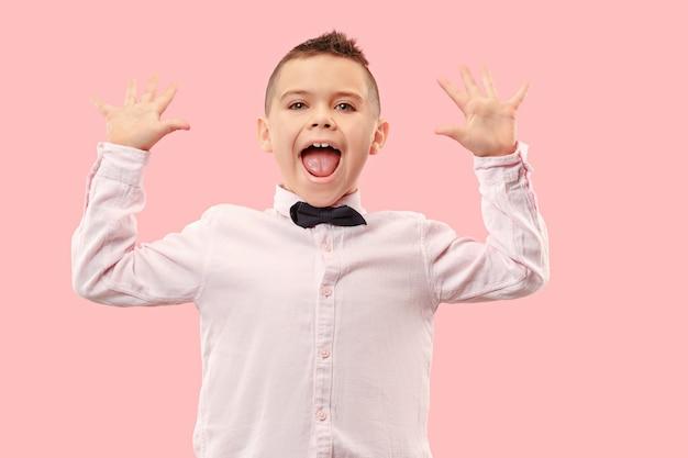 勝った。勝者であることを祝う成功した幸せな男。ピンクのスタジオの背景に白人男性モデルの動的画像。勝利、喜びのコンセプト。人間の顔の感情の概念。流行色