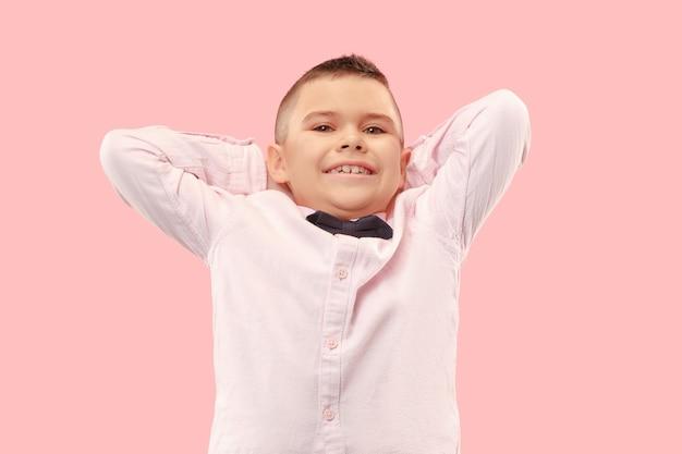 Ho vinto. uomo felice di successo vincente che celebra essere un vincitore. immagine dinamica del modello maschio caucasico su sfondo rosa studio. vittoria, concetto di gioia. concetto di emozioni facciali umane. colori alla moda