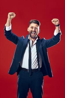 Ho vinto. uomo felice di successo vincente che celebra essere un vincitore.