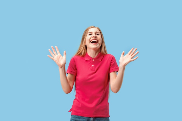 Я выиграл. победа успеха счастливая женщина празднует быть победителем. динамическое изображение кавказской женской модели на синем фоне студии. концепция победы, восторг. концепция человеческих лицевых эмоций. модные цвета