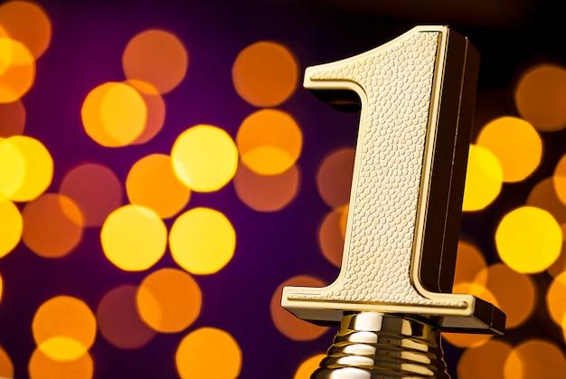 Победители награждают i место призом с золотым номером