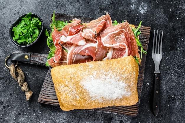 Бутерброд с ветчиной иберико с хамоном на хлебе чиабатта.
