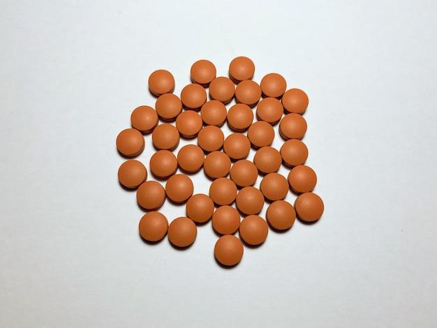 높은 체온을 낮추는 이부프로펜 이부프로펜은 흰색 격리된 배경에 빨간색입니다