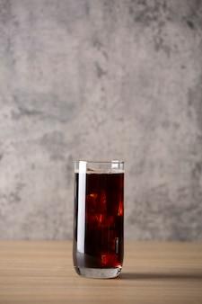 커피 숍 로프트 스타일의 나무 테이블에 아이스 아메리카노 커피