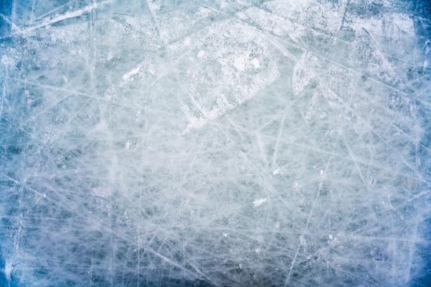 Ледяной фон с отметками от катания и хоккея, синяя текстура поверхности катка с царапинами