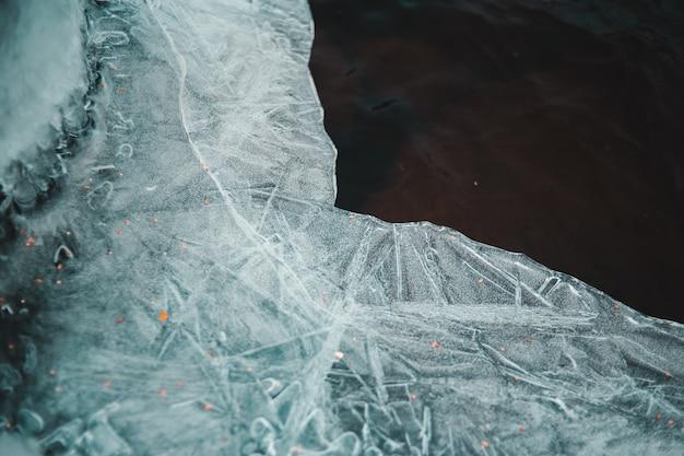 Лед сломан на коричневой поверхности