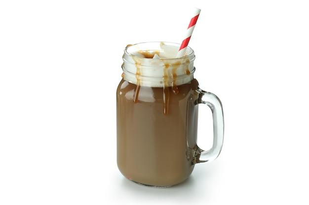 Ледяной карамельный кофе, изолированные на белом фоне