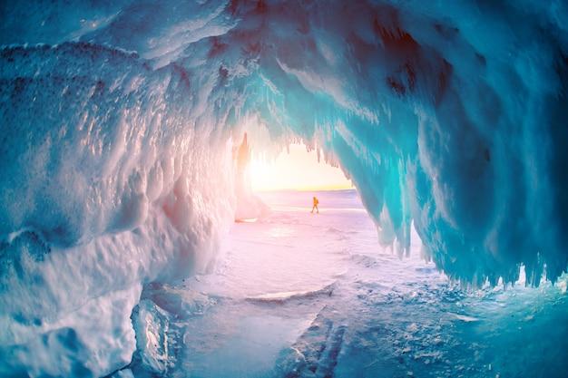 겨울에 바이칼 호수에 얼음 동굴입니다. 일몰 햇빛에 푸른 얼음과 고드름. 알혼 섬, 바이칼, 시베리아, 러시아. 아름 다운 겨울 풍경입니다.