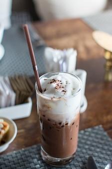 Ледяной шоколад со взбитыми сливками на столе