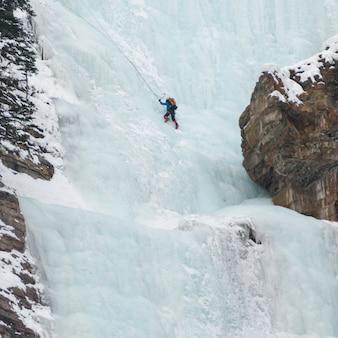 凍った滝のレイクルイーズ、バンフ国立公園、アルバータ、カナダの氷山