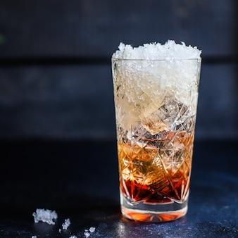 Ледяной коктейль, сироп, газированная вода, алкоголь или безалкогольный напиток