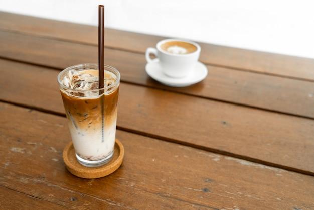 Ледяной кофе и сливки с карамельным соусом на столе
