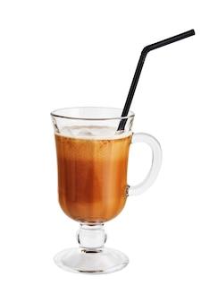 白で隔離の二重壁ガラスのアイスコーヒー